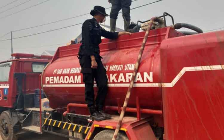 Petugas pamadam kebakaran masih berjibaku memadamkan api di Kabupaten Kotim. Terkait kondisi ini, anggota DPRD Kotim, mendesak pemkab menyuplai air bersih ke daerah kekeringan.