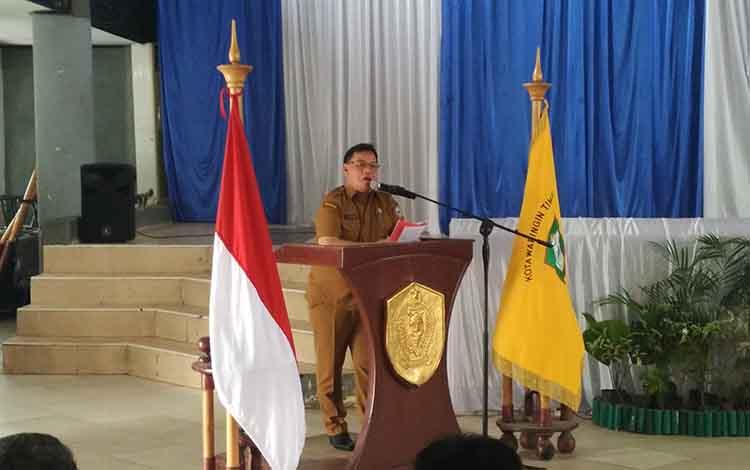 Sekretaris Daerah (Sekda) Kotim Halikinnor saat menyampaikan sambutan pada seminar untuk tentukan langkah pengembangan Museum Kayu Sampit, Senin, 16 September 2019.