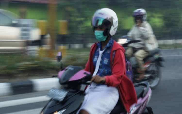 Seorang pengendara sambil mengenakan masker. Besok rencananya Pemkab Kobar akan menggelar rapat untuk membahas peningkatan status Karhutla