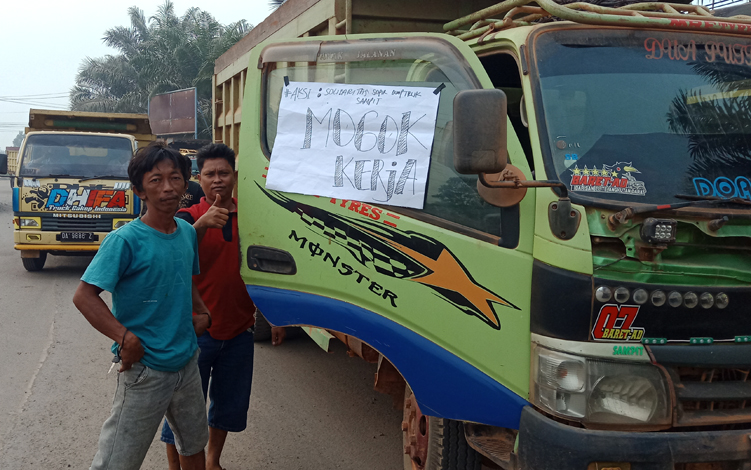 Ratusan sopir truk material di Kabupaten Kotawaringin mogok kerja, Senin, 16 September 2019. Aksi itu sebagai bentuk protes kepada BPH Migas yang menerapkan pembatasan penyaluran bahan bakar minyak jenis solar subsidi.