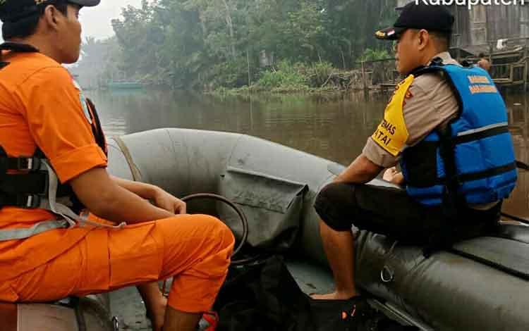 Polisi dan Basarnas menyisir sungai mencari bocah yang diduga hilang tenggelam di Sungai Desa Luwuk Bunter, Senin, 16 September 2019.