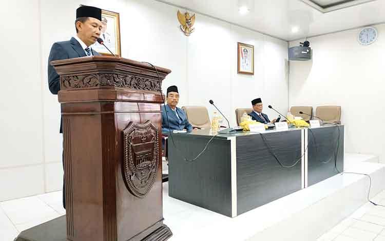 Bupati Barito Utara, Nadalsyah memberikan arahan kepada pekabat yang baru dilantik, Senin 16 September 2019.