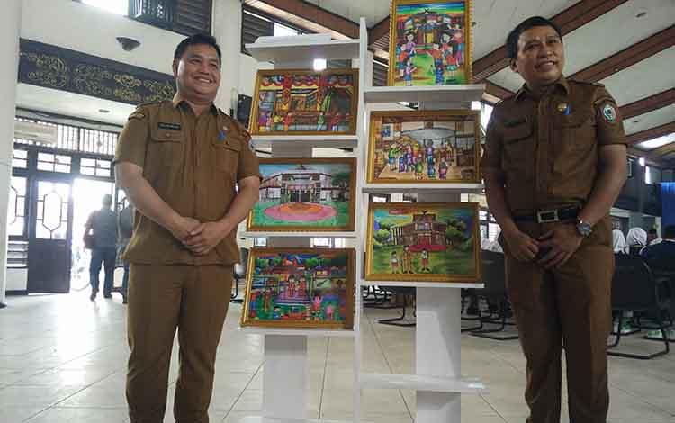 Sekda Kotim Halikinnor dan Kadisbudpar Fajrurrahman saat berfoto bersama. Dinas Pariwisata mencatat, jumlah pengunjung Museum Kayu Sampit selalu meningkat setiap tahunnya.
