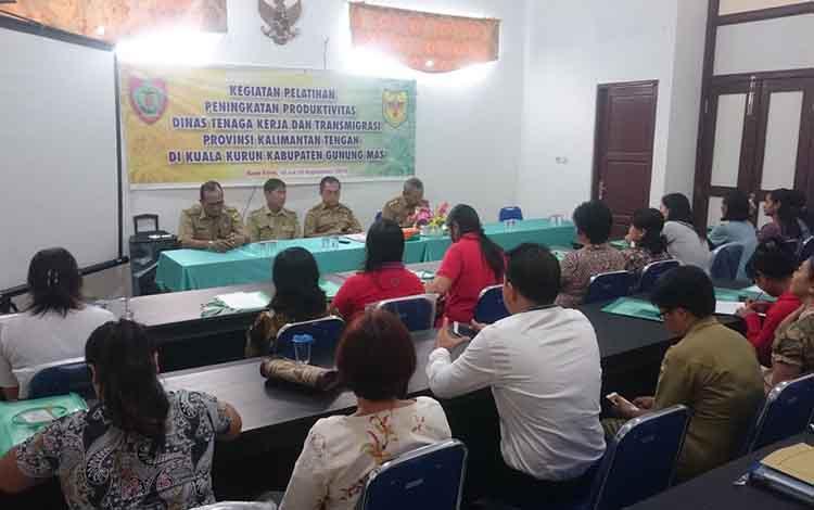 Kepala Distranakerkop dan UKM Kabupaten Gunung Mas Letus Guntur (dua dari kanan) saat membuka pelatihan produktivitas, Senin, 16 September 2019. Kegiatan itu merupakan program Dinaskertrans Kalteng.