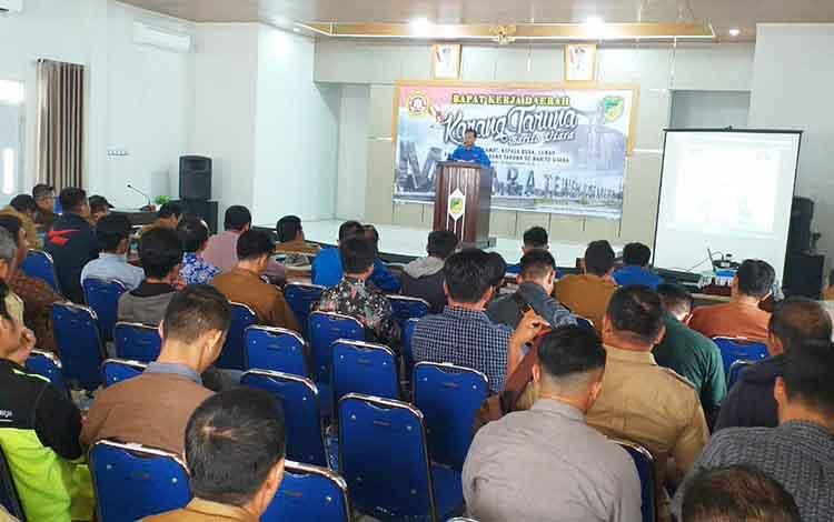 Ketua Karang Taruna Kaupaten Barito Utara, Roby Cahyadi menyampaikan laporan pada Rakerda, Senin 16 September 2019