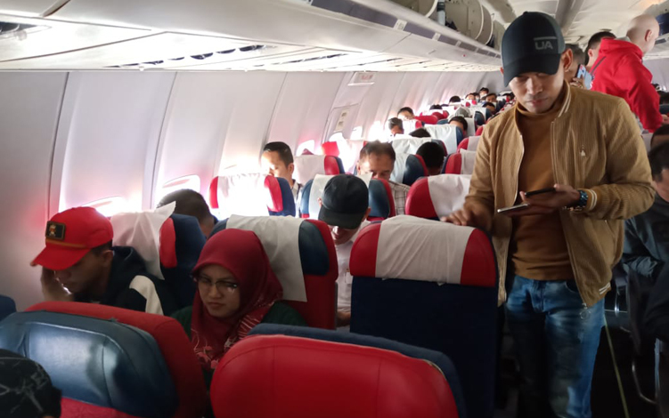Kondisi penumpang di dalam Pesawat Nam Air rute Jakarta-Pangkalan Bun yang gagal mendarat di Bandara Iskandar, Senin, 16 September 2019. Saat ini pesawat sudah mendarat di Bandara Ahmad Yani, Semarang.