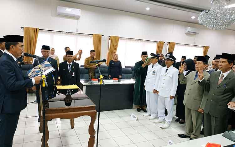 Bupati Barito Utara, Nadalsyah melantik 33 pejabat, Senin 16 September 2019. Mutasi pejabat ini diharapkan bisa meningkatkan percepatan tata administrasi pemerintahan yang bersih, berwibawa, dan akuntabel