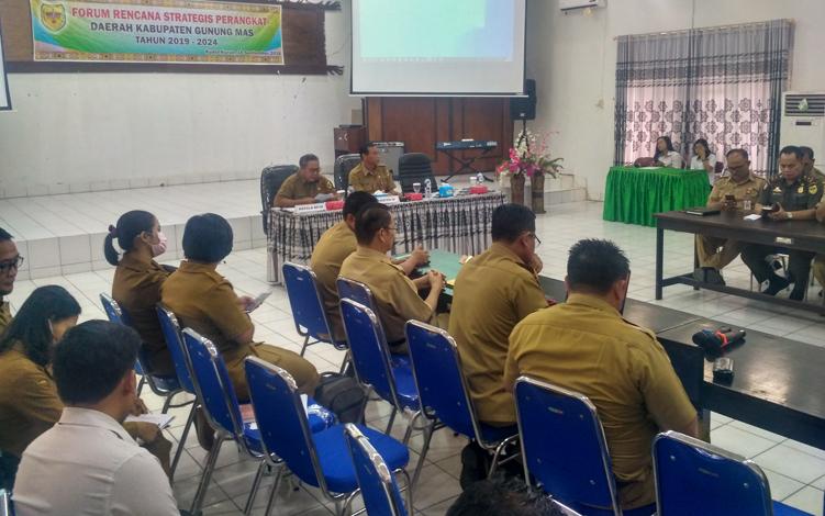 Kepala BP3D Kabupaten Gunung Mas, Salampak (kiri) saat menyampaikan laporan pada pembukaan forum rencana strategis (renstra) perangkat daerah tahun 2019-2024, di aula BP3D, Senin, 16 September 2019.
