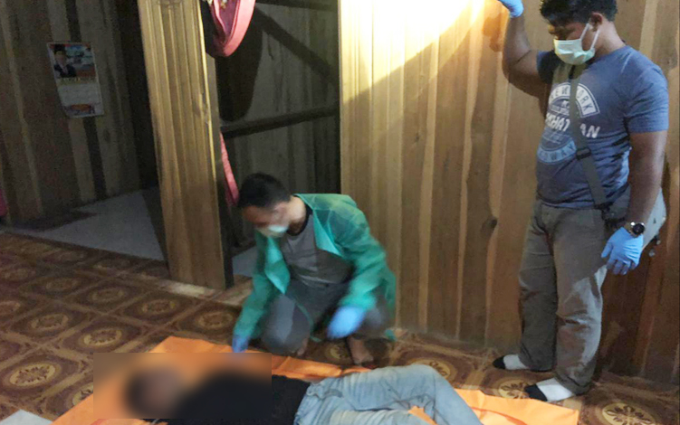 Anggota Polsek Sukamara mendatangi lokasi korban gantung diri dan melakukan olah TKP, Minggu, 15 September 2019. Warga kecamatan Sukamara, dihebohkan penemuan mayat laki-laki berusia 40, meninggal di rumahnya.