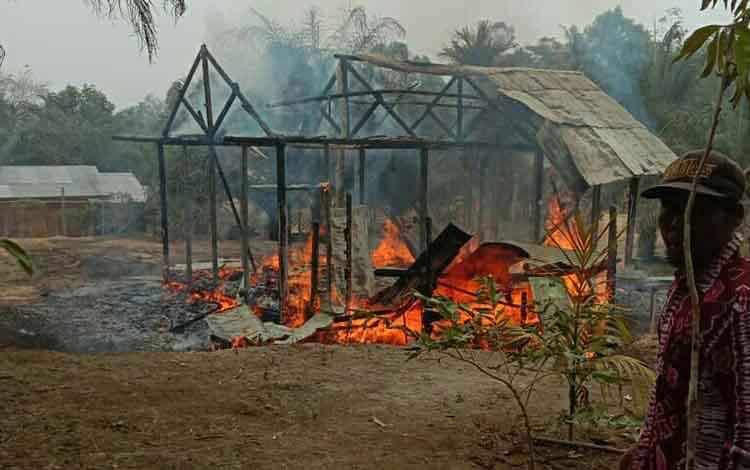 Kebakaran yang menghanguskan sebuah rumah di Desa Gunung Makmur, Antang Kalang, Senin 16 September 2019. Dalam peristiwa itu, dua warga tewas terpanggang.