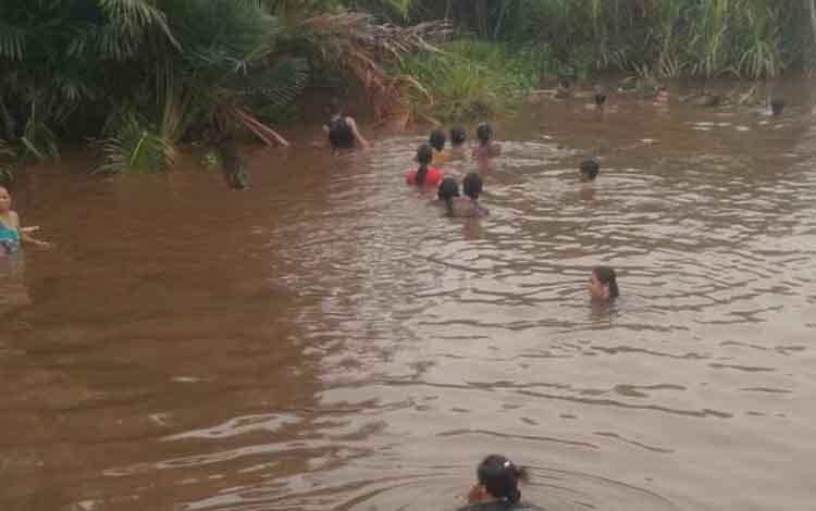 Warga Desa Luwuk Bunter mencari bocah yang diduga tenggelam di sunga