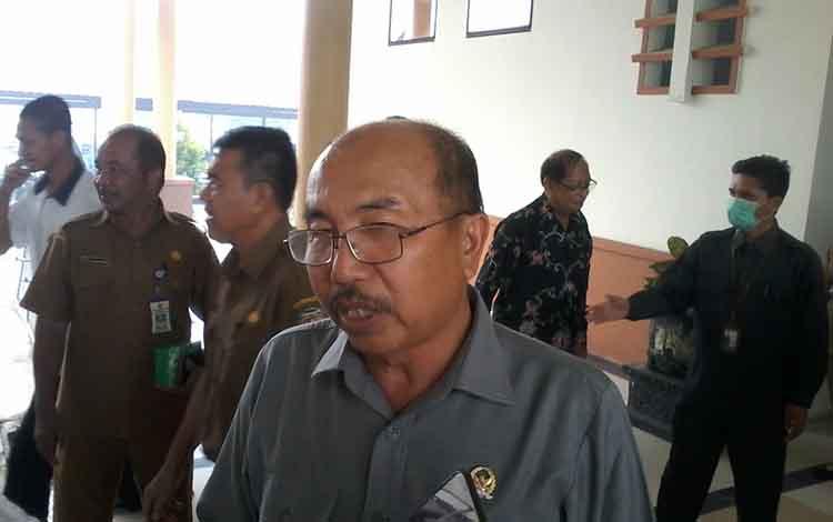 Ketua Sementara DPRD Katingan, Ignatius Mantir L Nusa menilai kebijakan Bupati Sakariyas meliburkan sekolah karena kabut asap tidak tepat.