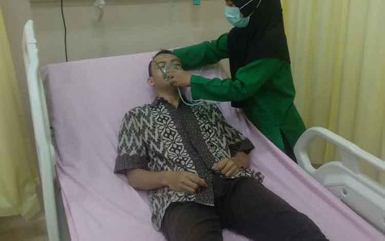 RSUD Sultan Imanuddin Pangkalan Bun mengambil inisiatif membuka empat ruang oksigen bagi warga Kobar yang memerlukan. Warga yang ingin mendapatkan pelayanan itutanpa dipungut biaya alias gratis. Tampak warga memanfaatkan pelayanan itu.