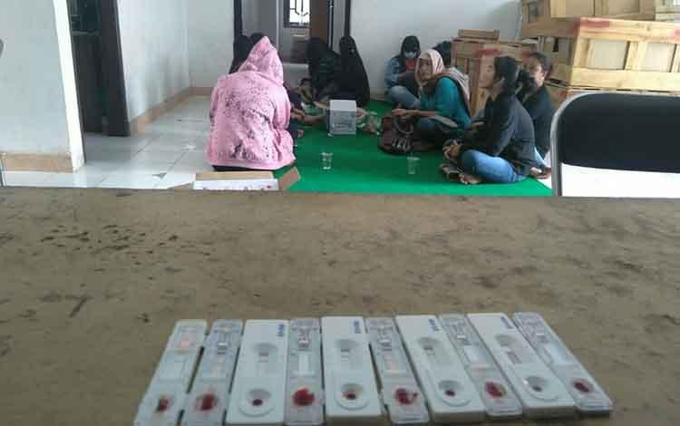 Para wanita terduga saat di Kantor Satpol PP Lamandau. kedatangan mereka untuk menjalani pemeriksaan pasca dilakukan operasi penertiban
