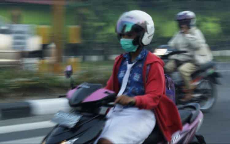 Adanya kabut asap di Kabupaten Kobar belakangan ini membuat warga terpaksa menggunakan masker saat beraktivitas diluar rumah. Akibat kabut asqp tersebut membuat jumlah penderita ISPA di Kabupaten Kobar melonjak