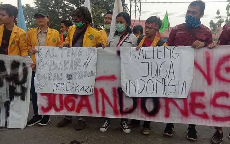 Jokowi hanya Ke Riau, mahasiswa unpar teriak Kalteng Juga Indonesia dalam demonstrasi di depan kantor Gubernur Kalteng, Selasa 17 September 2019.