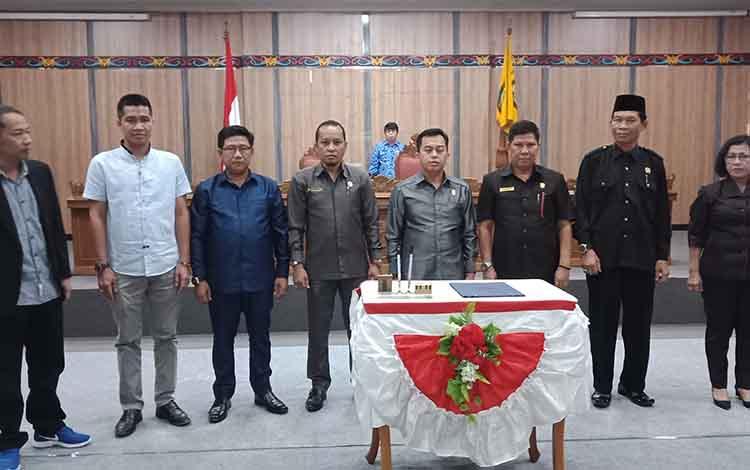 : Penandatanganan usulan DPRD Kotawaringin Timur peresmian dan penetapan calon pimpinan difiitif DPRD Kotim masa jabatan 2019-2024, Selasa, 17 September 2019.
