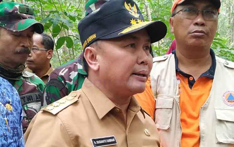 Gubernur Kalimantan Tengah, Sugianto Sabran saat diwawancarai wartawan terkait pembatalan pesawat yang dia tumpangi mengalami delai karena kabut asap