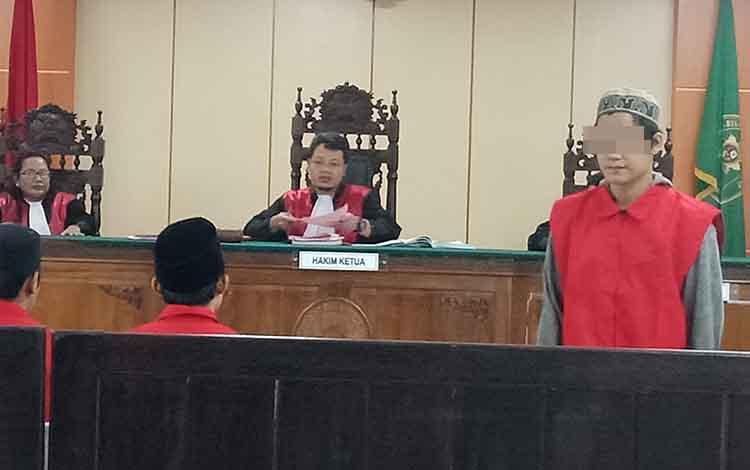 Tiga terdakwa pencurian, MNS alias Put, Ton, dan AMR saat sidang di Pengadilan Negeri Sampit, Selasa, 17 September 2019. Dalam kasus itu, Ton yang merupakan residivis divonis lebih berat.