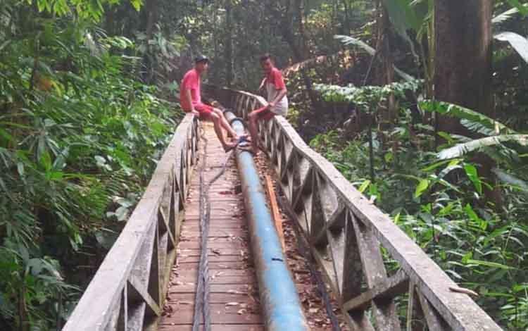 Pengerjaan jalur Dirung Undai oleh PDAM Puruk Cahu untuk mengatasi krisis air bersih karena musim kemarau panjang, Selasa 17 September 2019