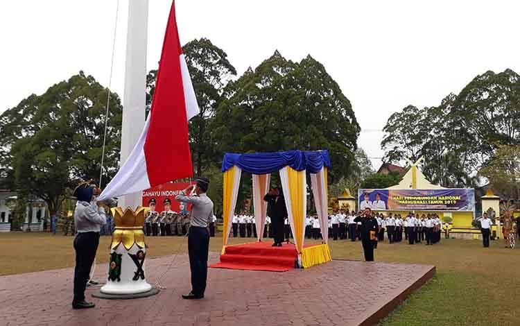 Bupati Kotawaringin Barat, Nurhidayah memimpin upacara bendera memperingati Hari Perhubungan Nasional (Harhubnas), Selasa 17 September 2019