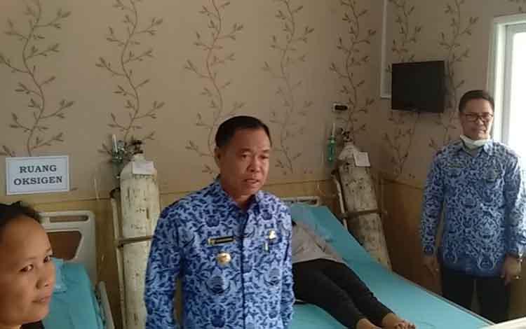 Bupati Katingan Sakariyas mengecek ruang oksigen di RSUD Mas Amsyar Kasongan, Selasa, 17 September 2019. Dalam kunjungan itu, Sakariyas menemukan satu warga Kasongan menderita sesak nafas diduga akibat kabut asap dirawat di RSUD.