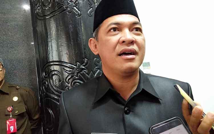 Sekda Kalteng Fahrizal Fitri saat diwawancarai terkait rencana pemerintah provinsi akan menggelar salat Istisqo, meminta diturunkannya hujan di halaman kantor gubernur, Rabu 18 September 2019 besok
