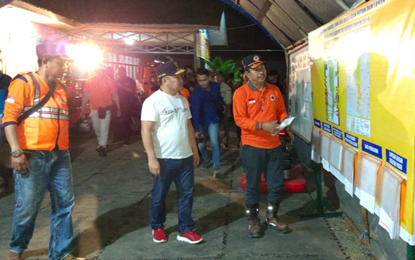 Kepala Pelaksana BPBD Kapuas Panahatan Sinaga saat terima kunjungan Gubernur Kalteng Sugianto Sabran yang memantau Posko Satgas Karhutla pada Selasa, 17 September 2019 dini hari.