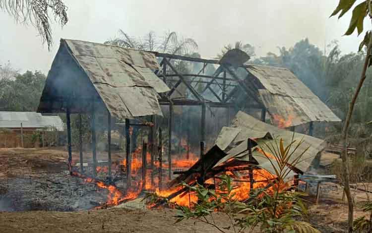 Rumah korban pasangan suami istri yang terbakar. Untuk proses penyelidikan, jenazah 2 korban kebakaran yang diduga bunuh diri itu akan diotopsi.