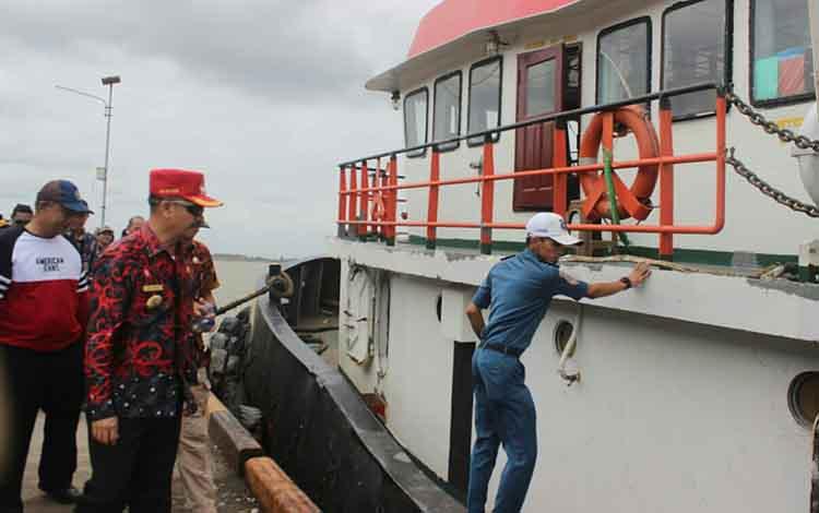 Bupati Seruyan Yulhaidir saat mengecek pelabuhan Teluk Segintung saat beroperasi beberapa waktu lalu.