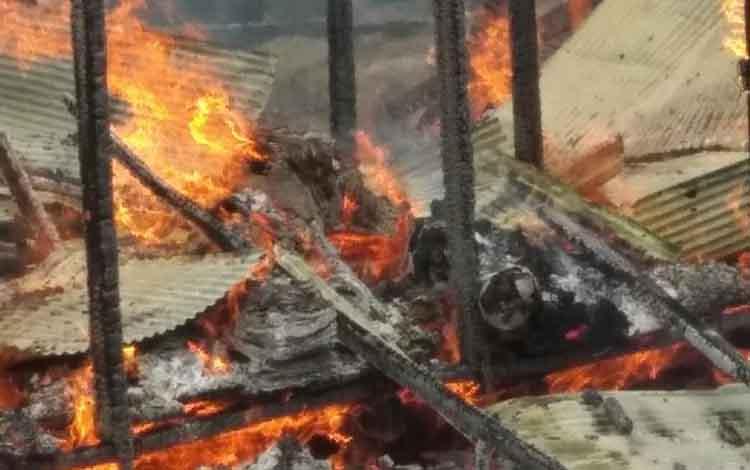 Jasad korban suami istri yang tewas di dalam rumahnya yang terbakar diduga bunuh diri.