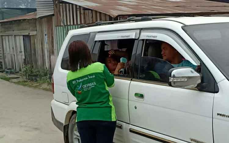 Petugas Puskesmas Tewah membagikan masker kepada masyarakat di Kelurahan Tewah, Kecamatan Tewah, Rabu, 18 September 2019.