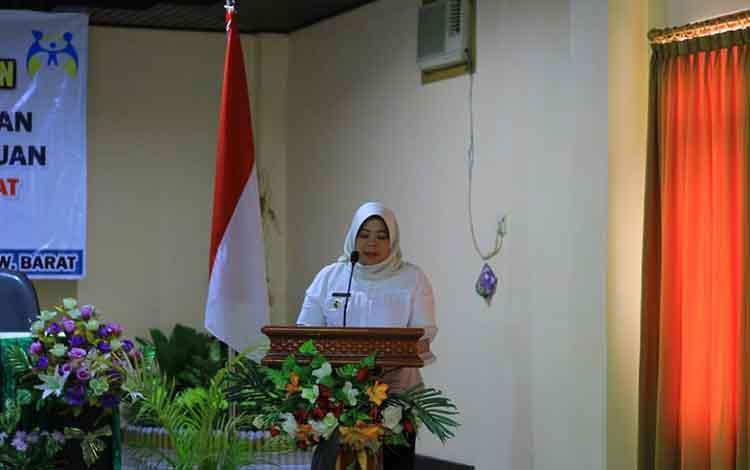 Bupati Kotawaringin Barat Nurhidayah saat memberikan motivasi kepada perempuan Kobar untuk ikut andil dalam politik, Rabu, 18 September 2019.