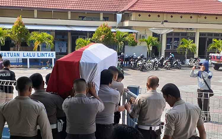 Para anggota Polres Sukamara membawa peti jenazah Kasat Shabara. Sementara itu Bupati Sukamara mengucapkan belasungkawa kepada keluarga almarhum