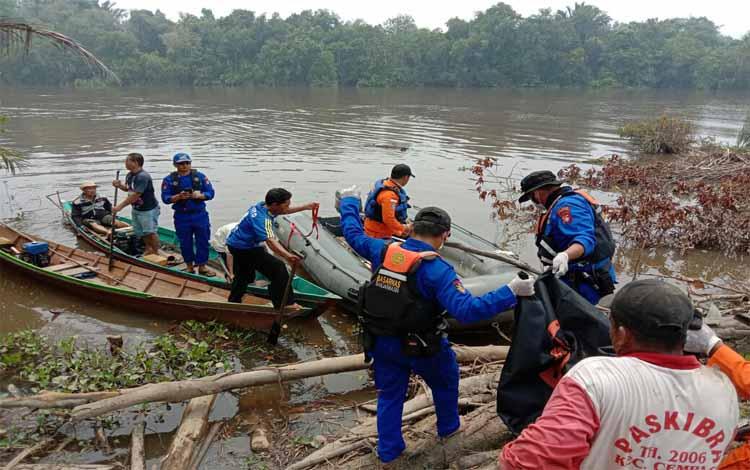 Aparat kepolisian dan Basarnas mengevakuasi balita tenggelam. Bagian tubuh balita yang hilang diduga digigit buaya, Rabu 18 September 2019