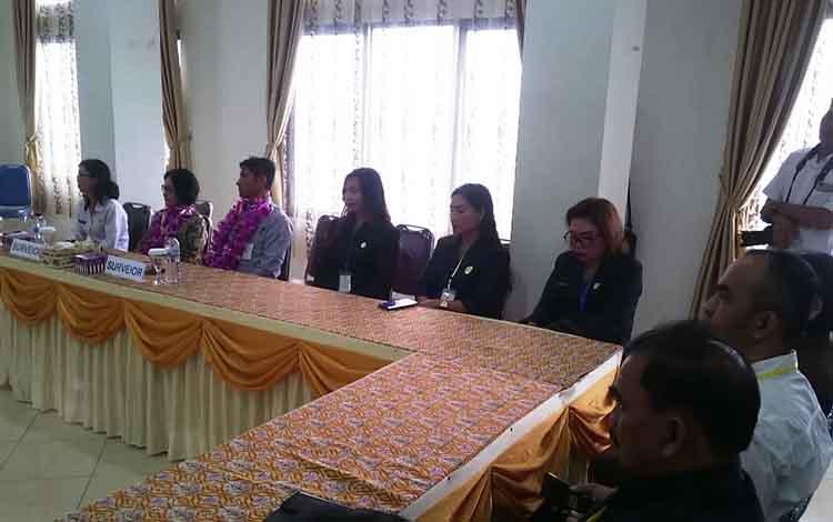 Anggota DPRD Kabupaten Gunung Mas, Yuniwa, Elvi Esie, Sri Yeni, dan lainnya saat menerima kedatangan Tim Surveior KARS, di RSUD Kuala Kurun, Rabu, 18 September 2019.
