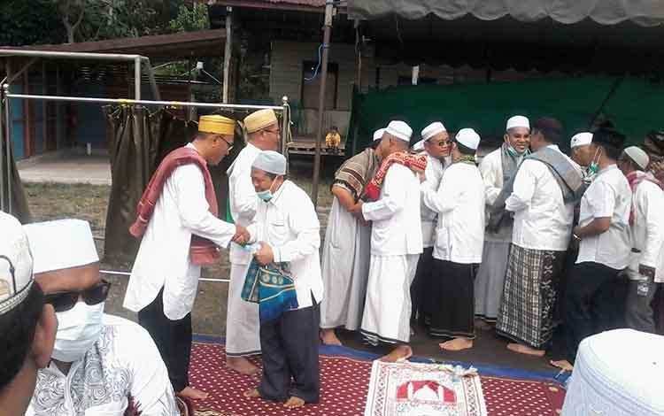 Wakil Bupati Katingan Sunardi Litang bersalaman dengan sejumlah jamaah salat istisqa di Lapangan Gagah Lurus.Wakil Bupati Katingan berharap doa turun hujan bisa terkabul.