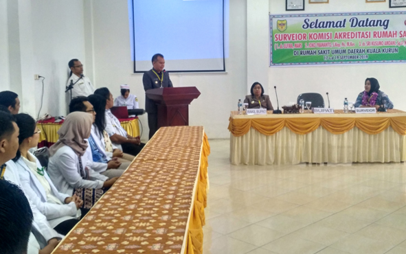 Bupati Gunung Mas Jaya S Monong saat menyampaikan sambutan sebelum Rumah Sakit Umum Daerah atau RSUD Kuala Kurun menjalani penilaian akreditasi, Rabu, 18 September 2019.