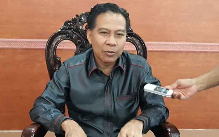 Ketua Sementara DPRD Kapuas Algrin Gasan saat menyampaikan bahwa pihaknya menjadwalkan kembali pelantikan unsur pimpinan dewan definitif setelah rencana pelantikan yang seyogianya berlangsung besok harus ditunda.