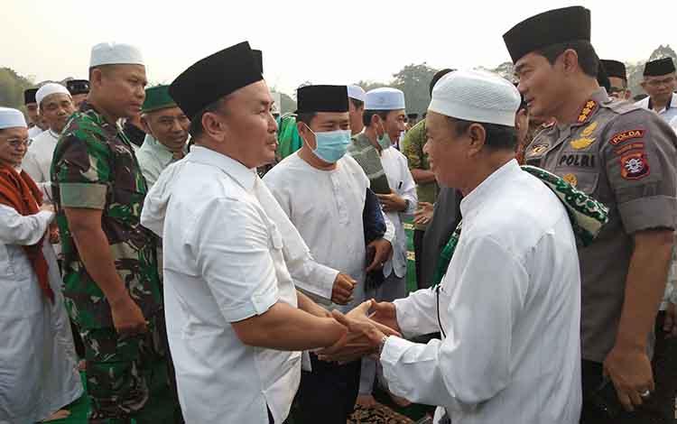 Gubernur Kalteng Sugianto Sabran mengharapkan hujan bermanfaat turun di Bumi Tambun Bungai. Nampak gubernur berjabat tangan dengan jamaah seusai salat Istisqo.