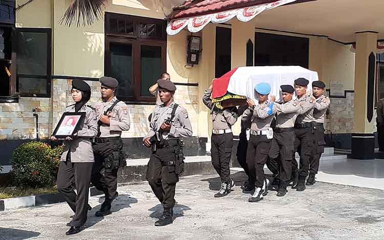 Bupati Sukamara ikuti upacara penghormatan terakhir Iptu Arif Miftahul Huda. Upacara dipimpin langsung Kapolres Sukamara, AKBP Suliatoyono.