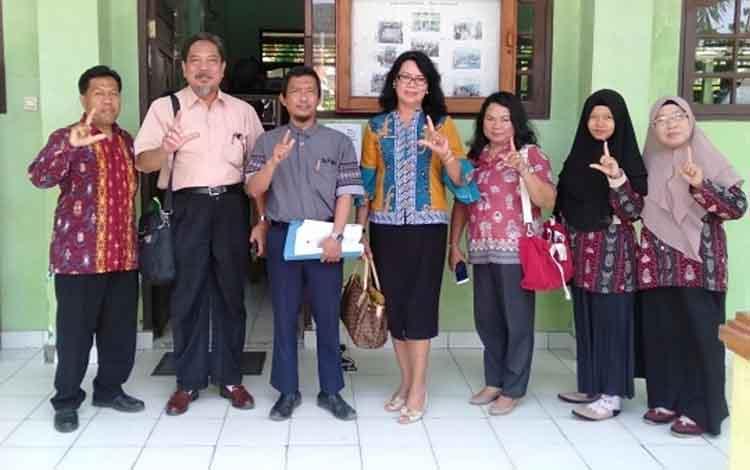 Kepala MTsN 1 Kapuas Arbainsyah (paling kiri) saat menerima tim survey kajian kegemaran dan minat baca. Tim itu menyurvei perpustakaan MTsN 1 Kapuas.