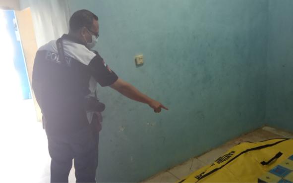 Kanit Identifikasi Polres Kobar Aiptu Ferdinans Abineno menunjukkan jenazah AS buruh pembuat batako, Rabu, 18 September 2019. Kematian AS membuat warga yang bermukim di Jalan Maid Badir, Gang Angsa 1, Kelurahan Madurejo, gempar.