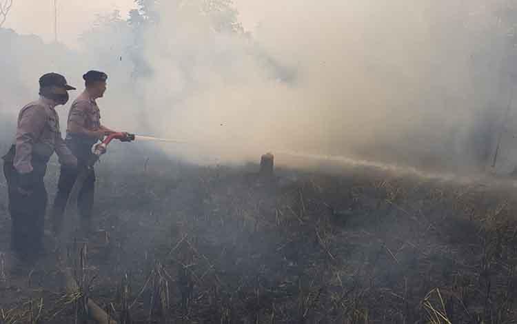 Personel Polres Kapuas bersama tim terpadu karhutla saat berjibaku padamkan kebakaran lahan di Handil Mambulau, Kecamatan Kapuas Hilir, Rabu, 17 September 2019