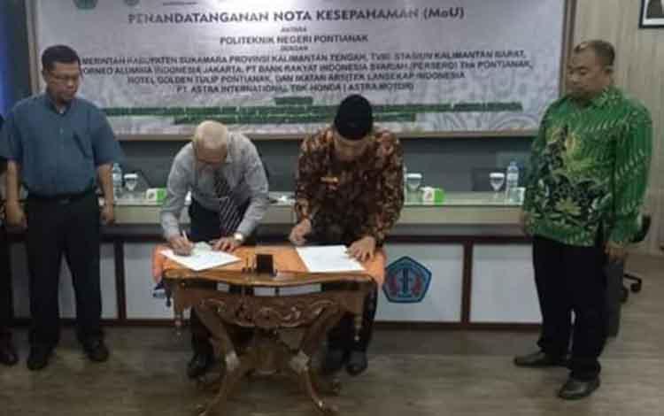 PemkabSukamara dan Politeknik Negeri Pontianak melakukan penandatangan nota kesepahaman Memorandum of Understandingterkait kerjasama mengenai rencana pendirian politeknik di Bumi Gawi Barinjam, Kamis, 19 September 2019.