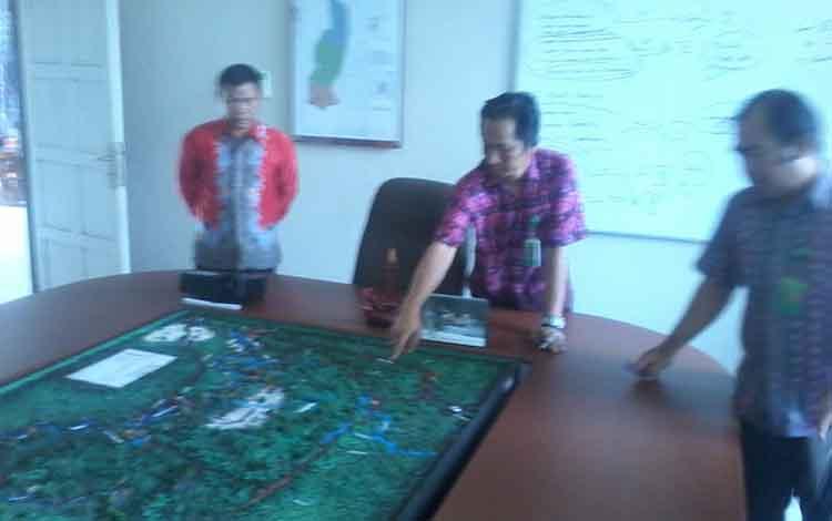 Kepala SP Taman Nasional Sebangau wilayah III Katingan, Ferie Ariessandy menunjukan peta kawasan yang terbakar.