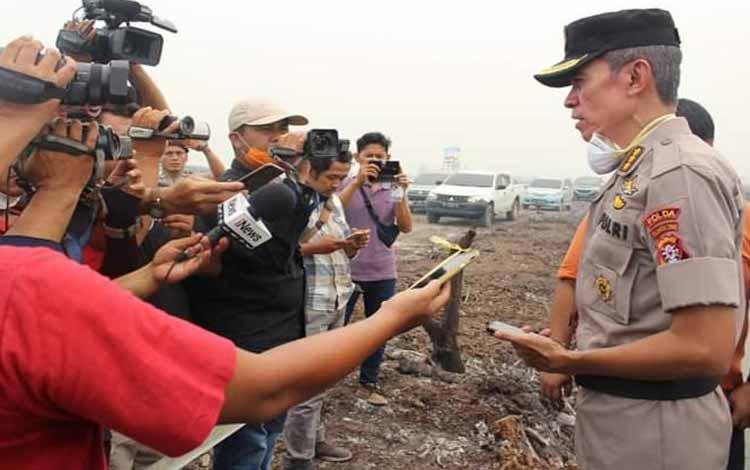 Irwasda Polda Kalteng Kombes Benone Jesaja memberikan keterangan kepada wartawan, Kamis 19 September 2019. Sementara itu sampai saat ini pihak polda belum pastikan kebakaran lahan yang terjadi di lokasi PT PGK penyumbang kabut asap terbanyak