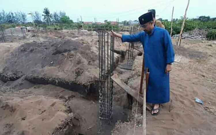 Bupati Seruyan Yulhaidir ketika meninjau pembangunan kampus Politeknik Seruyan di Kuala Pembuang. Perguruan tinggi itu dipastikan akan segera beroperasi.