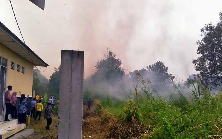 Lahan di belakang kantor DLH Pulang Pisau terbakar sore, Kamis 19 September 2019