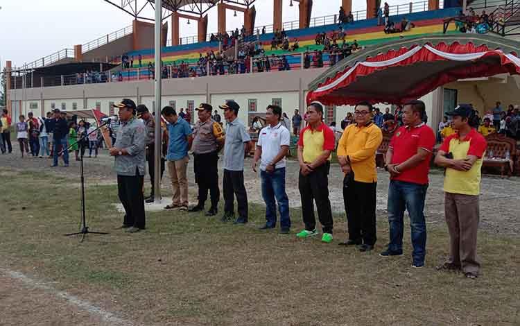 Bupati Pulang Pisau, H Edy Pratowo meminta turnamen sepakbola Bupati CUP XVII mendatang bisa mengundang semua kabupaten di Kalimantan Tengah (Kalteng).